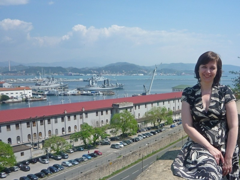 На фоне казармы военно-морской академии Италии