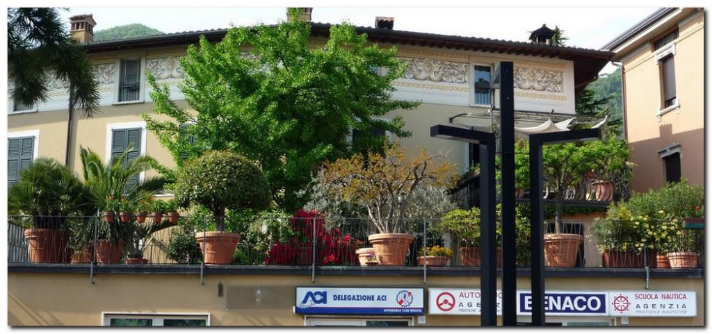 Цветы и деревья на крыше дома. Италия.Сало.