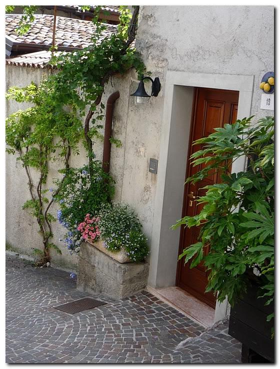 Италия.Лимоне.Цветы у входа в дом.