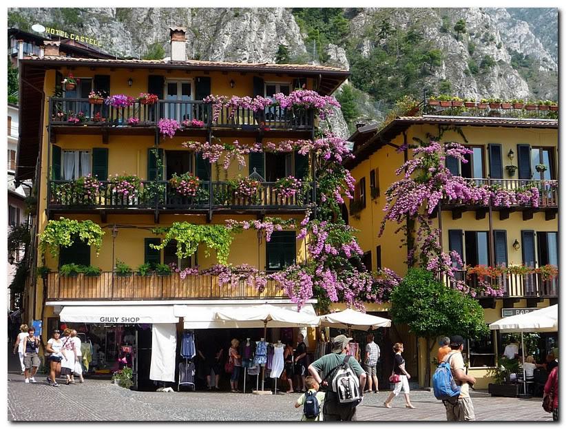 Дом с балконами увитыми бугенвиллеей. Лимоне.Италия