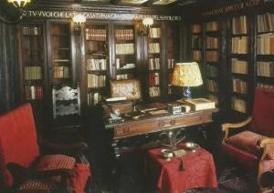 За этим столом д'Аннунцио писал письма