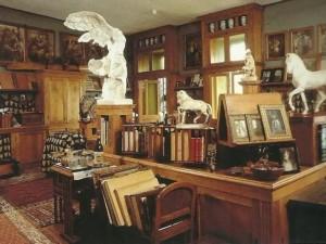 Это просторный кабинет, где хозяин дома творил. Здесь к нему являлась муза. Помещение ни столь мрачное, как другие.