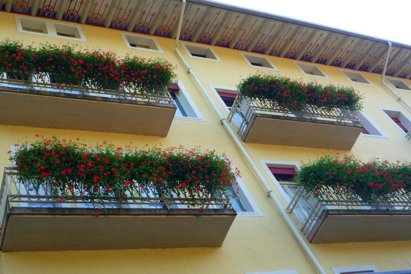 Цветы на балконах.