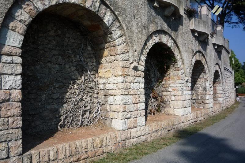 Каменная стена с арками.
