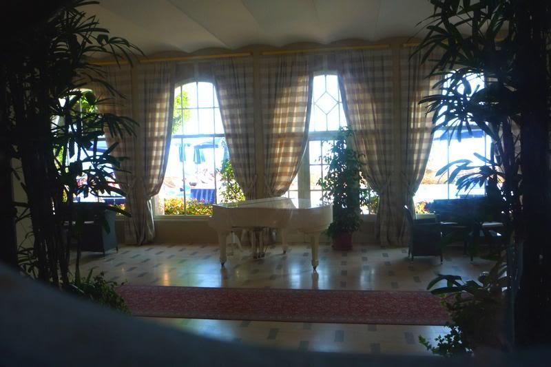 Белый рояль в холле отеля.