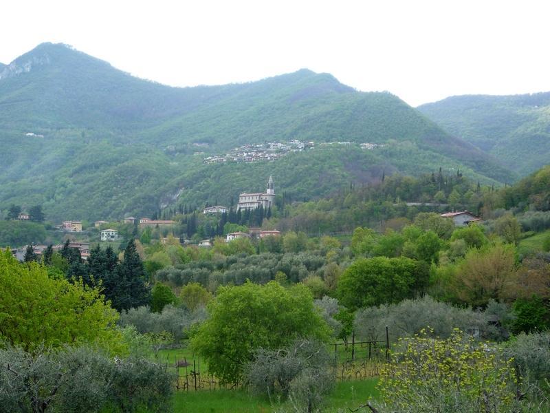 Селения в горах весной. Северная Италия
