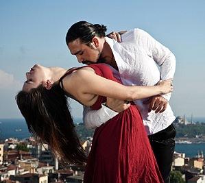 Двое танцуют танго