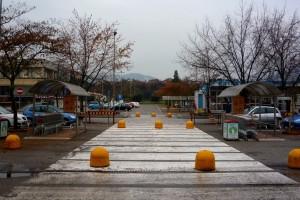 Пешеходный переход у супермаркета