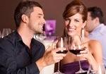 Влюбленные с бокалами вина