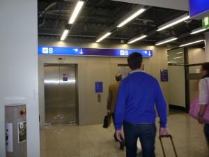 пассажиры идущие к лифту
