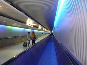 коридор с движущейся дорожкой