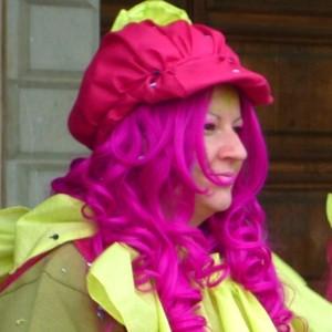 Женщина в ярком парике