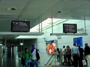 пассажиры в переходах аэропорта
