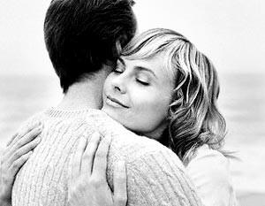 Обнимающиеся влюбленные