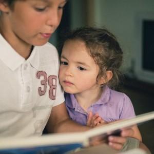 Брат читает сестре стишки