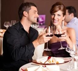 влюбленная пара за столиком в ресторане