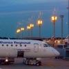 Самолет на фоне огней аэропорта