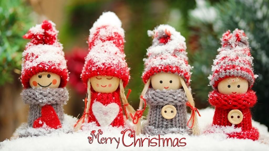 куколки в шапочках на снегу