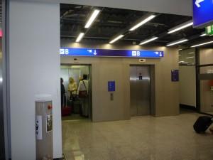 лифт в здании аэропорта